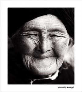 gulumseyen gülümseyen yasli teyze